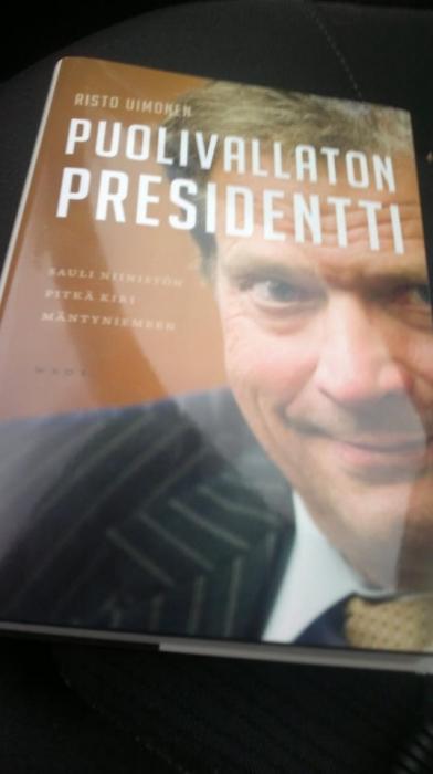 Päivällä nappasin matkaan myös Risto Uimosen tuoreimman kirjan Puolivallaton Presidentti. Hyvältä vaikuttaa ja mielenkiintoiselta.