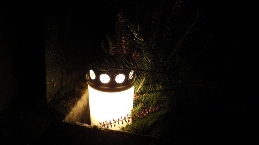Tänään Isänpäivän illalla piipahdimme vielä lapsen kanssa hautausmaalla isovanhempien haudoilla. Niillä jo kauniit kynttilät. Yksi hauta oli ilman ja nyt Pekka-enonkin haudalla isänpäiväkynttilä.