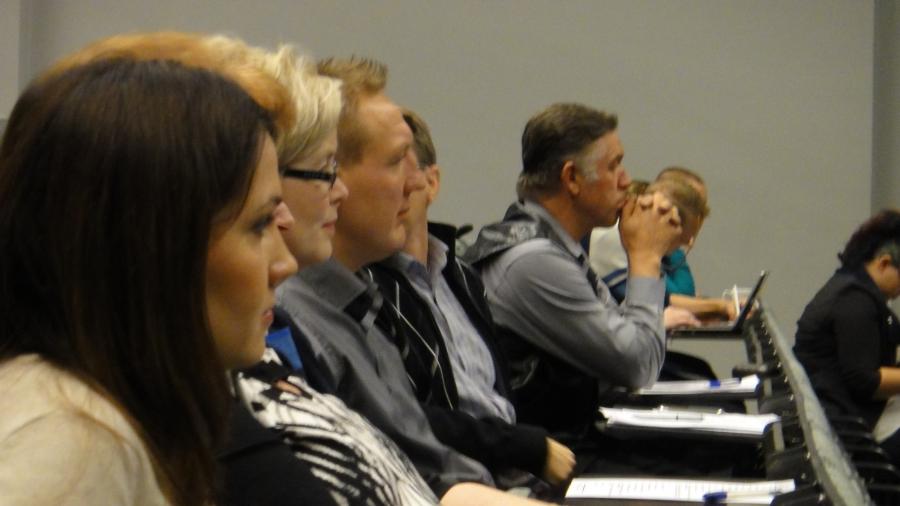 Ja väkeä oli hienosti isossa auditoriossa. Tässä forssalaisia Sanni Grahn-Laasosen ja Ritva Vastamäen johdolla.