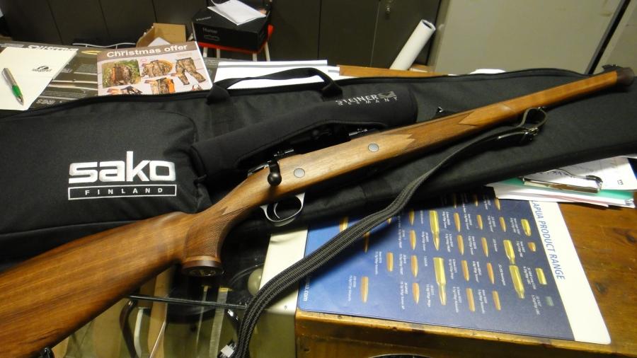 Ja tällainen on nyt uusi sakolaiseni. Hankintaluvan aseelle sain viime viikolla ja tänään sitten kävin ostamassa. Hieno SAKO 85 Bavarian Carbine. Aatelia.