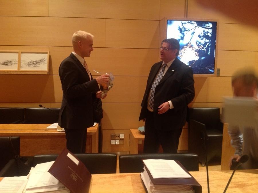 Tänään ulkoasiainvaliokunta onnitteli minua ja perhettäni vauvasta. Valiokunnan puheenjohtaja Timo Soini antoi kauniin kukkakimpun ja tottakai kahvitkin nautittiin.