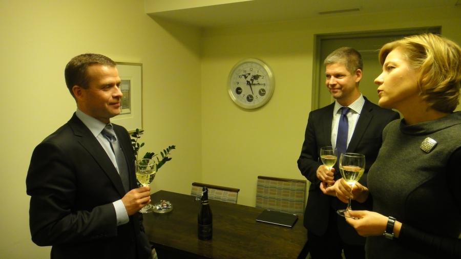 Ja sitten vielä kysetunnin jälkeen Takarivin Taavien kanssa maljat Petterille. Takarivistämme nyt siis Suomen suurimman eduskuntaryhmän puheenjohtaja. Onnea ystävälle.