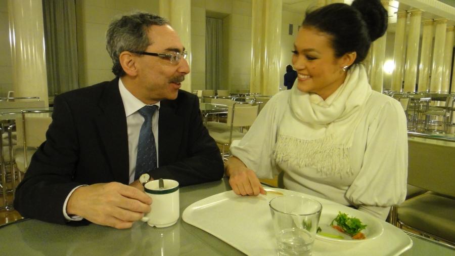 Ja tällaisenkin hetken eduskunnasta bongasin. Miss Globe Kati Kokkonen oli kahvilla Benin kanssa. Uusi tallipaikka tiedossa?
