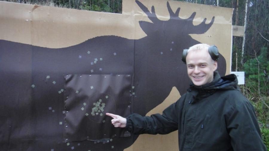 Ja tarkistus ammuntaa valvoneiden Erkki Kaupin ja Pekka Liljanoksan kanssa. Pieni kaunis nippu, jolla olisi muuten karhumerkkinin mennyt heittämällä läpi.