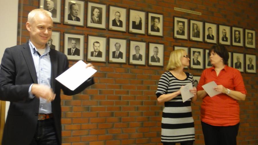 Lopen Kokoomuksen syyskokous kunnantalolla 26.11.2012. Sain kunnian jatkaa puheenjohtajana ja mieluisa tehtävä oli jälleen jakaa Kokoomuksen kunniamerkkejä aktiivisille tekijöille. Onnea kaikille!