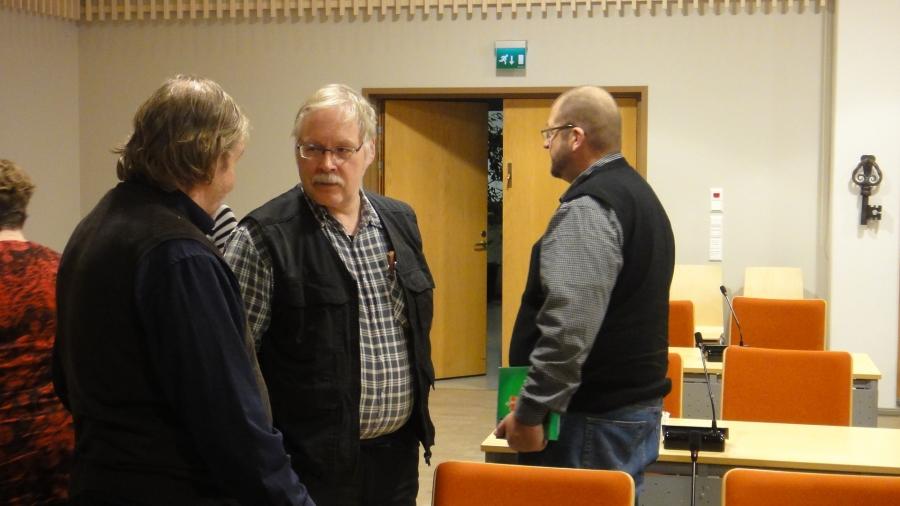 Ja palaveeraamassa myös Erkki Holttinen ja Heikki Lehtonen. Oikealla uusi vaalipäällikkömme Janne Silvan.