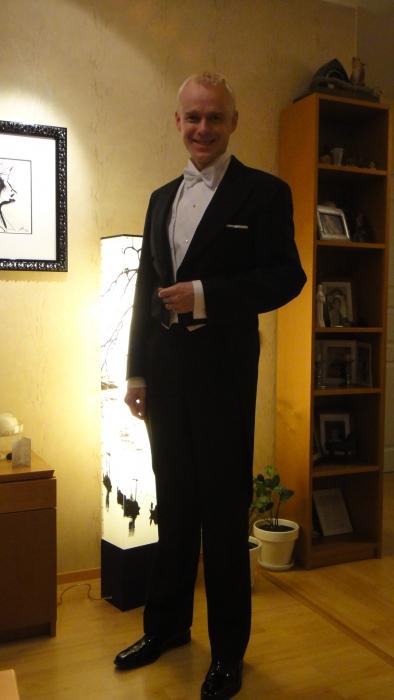 Yksikään lehti ei ole kysynyt miten edustaja Heinonen pukeutuu Linnanjuhliin. Joten kerronpa sen kysymättäkin. Näin :)Mutta mitä on taskussani Linnanjuhlissa? Se olkoot vielä salaisuus.