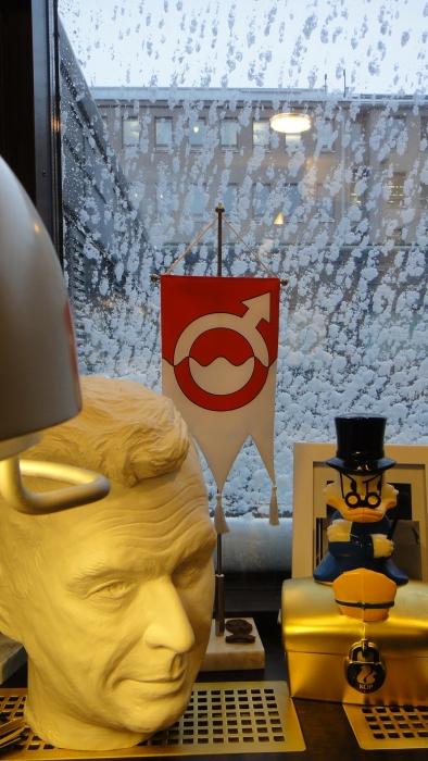 Lunta tuiskuttaa aikalailla... Ikkuna eduskunnan hytissä aivan lumen peitossa aamuvarhaisella.
