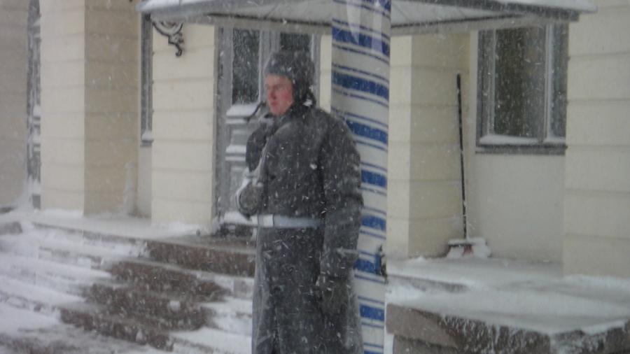Kylmää... ja viimaa. Presidentinlinnalla vartio valmiina kun isäntä talossa.