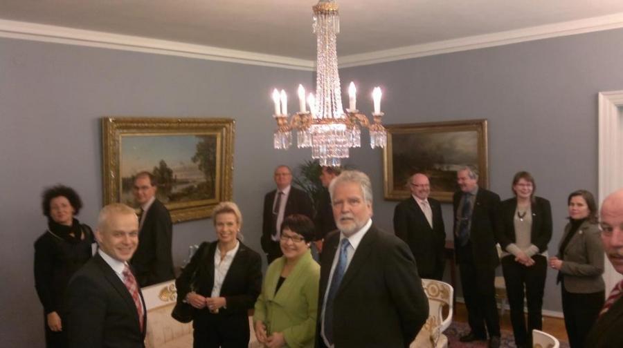 Tässä vielä toinen kuva presidentinlinnasta... Ympäristövaliokunnan kanssa valmiina kahvipöytään Tasavallan Presidentin kanssa.