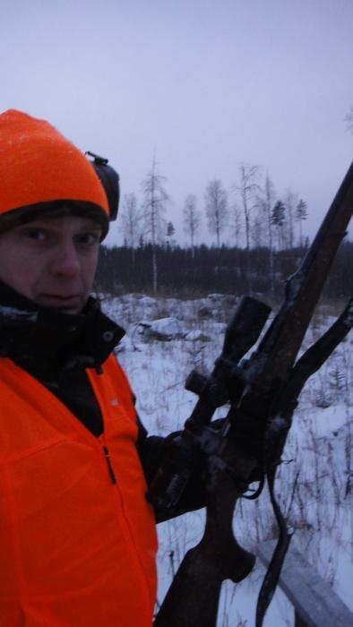 Ja hieman viluisen näköinen passimies Kytäjän metsissä. Tästä toisesta passipaikasta pääsin jo 75 metrin päähän emästä ja vasasta. Ei kuitenkaan ammuttu.