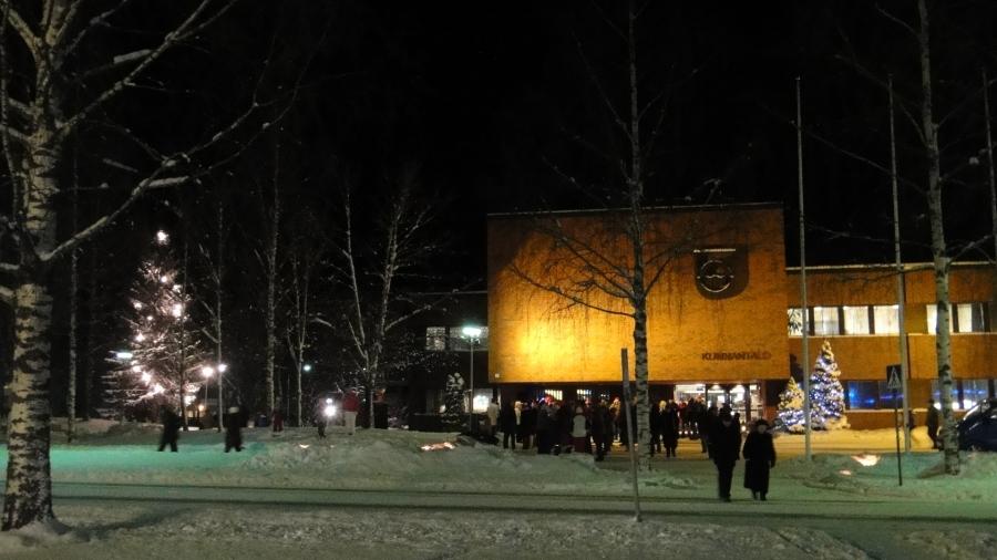Joulunavaus tänään Lopella keräsi paukkupakkasessakin kivasti väkeä. Iso kiitos Lopen Yrittäjille tästä perinteestä ja kaunis joulukuusi syttyi kunnantalomme puistoon Lopen Mieslaulajien sävelin.