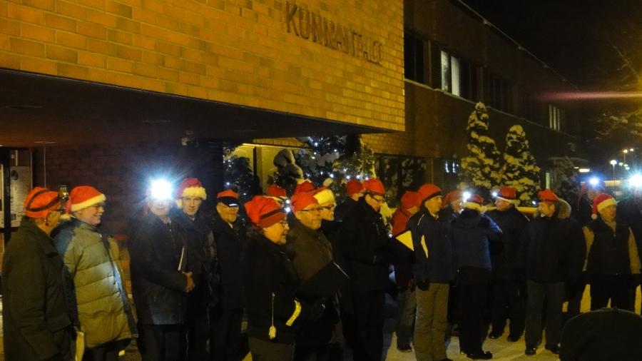 Lopen Mieslaulajat toivat joulutervehdyksen Antin Adventti -tapahtumaan Petri Lindbergin johdolla.
