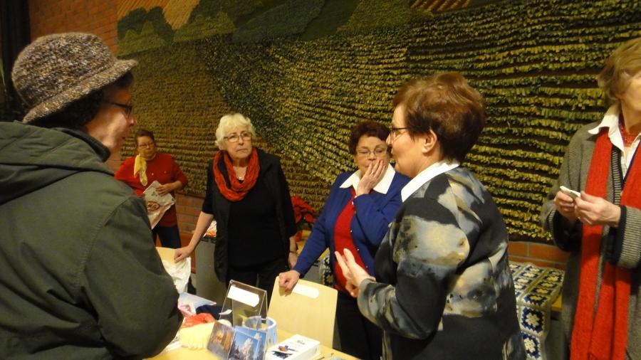 Sisällä kunnantalollakin riitti tapahtumaa ja tässä myyjäispöytänsä ääressä Lopen Kansalliset Seniorit.