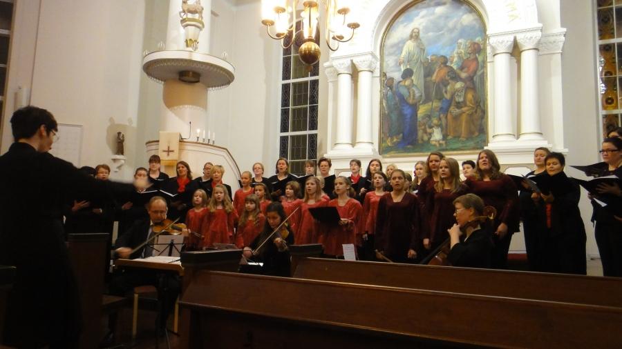 Ja meillä Lopellahan näitä riittää. Ilta jatkui Lopen Timotei Naiskuoron ja Lopen Lapsi- ja Nuorisokuoron upealla joulukonsertilla kirkossa.