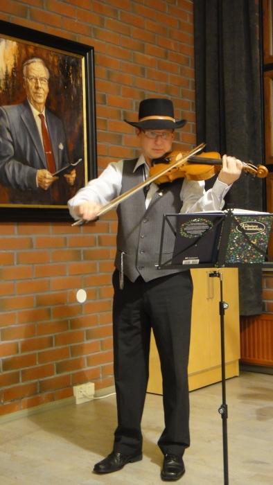 Lopen Pelimanni eli JP Ruuskanen vastasi iltatilaisuutemme musiikista vahvalla ammattitaidolla.