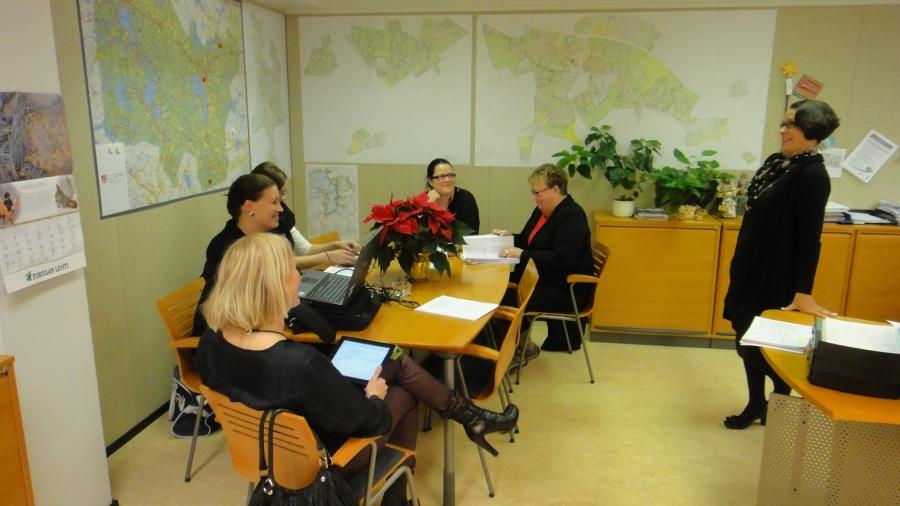 Niin ja laitetaan nyt muutama kuva vielä tämän kauden viimeisestä valtuustoryhmämmekin kokouksesta. Ja se pidettiin tänään kunnanjohtajan työhuoneessa. Kuvassa oikealla kunnanjohtajamme Karoliina Viitanen ja osa valtuutetuistamme.