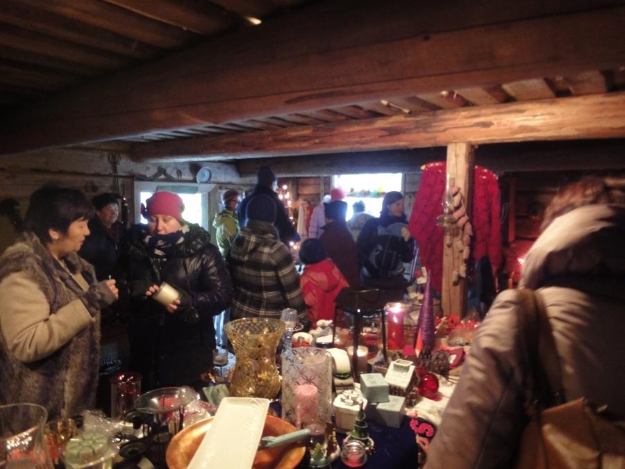 Ja sisällä oli todellakin joulua ja tunnelmaa. Tuli sellainen olo, että nyt kyllä kaikki aitan tontut olivat joutuneet evakkoon :)