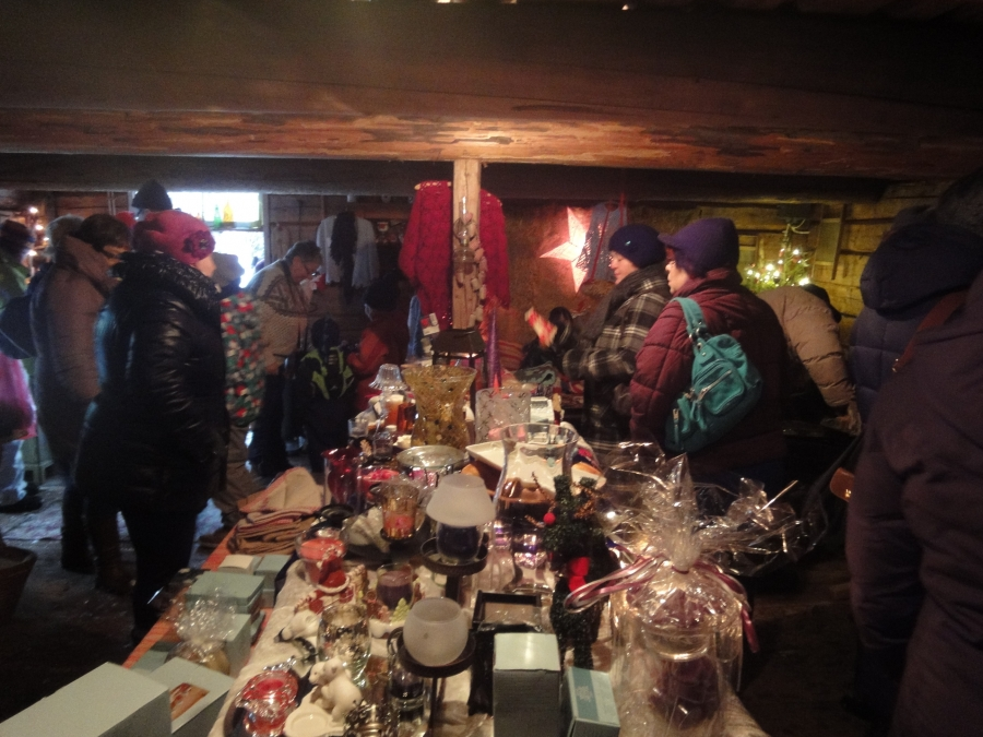 Ja pöydät siis kerta kaikkiaa notkuivat joulun herkkuja ja muita ihanuuksia, käsitöitä ja vaikka mitä.