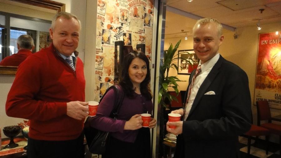 Tänään 14.12.2012 järjestimme Hämeen kansanedustajien kanssa Glögitilaisuuden Hämeenlinnan Reskan Emilia Cafessa. Siis hyvä joukkueemme Sanni Grahn-Laasonen, Kalle Jokinen ja minä.