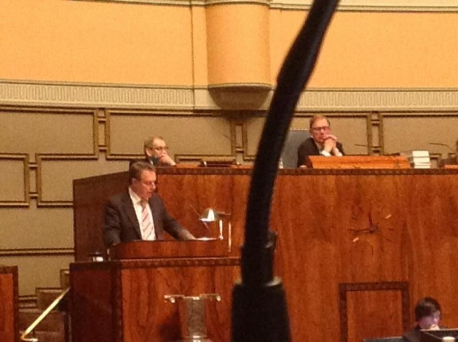 Parlamentaarikko Ilkka Kanerva kertoo Lissabonin sopimuksen syntyä salissa 18.12.2012 klo 23.45. Ei ihan loppuun myyty katsomo sentään, mutta kolme sentään.