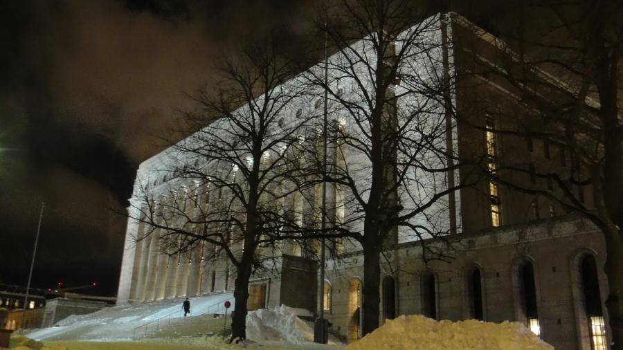 Puoliyö ja istunto päätökseen. Kotia kohden 18.12.2012 tai siis jo 19.12.