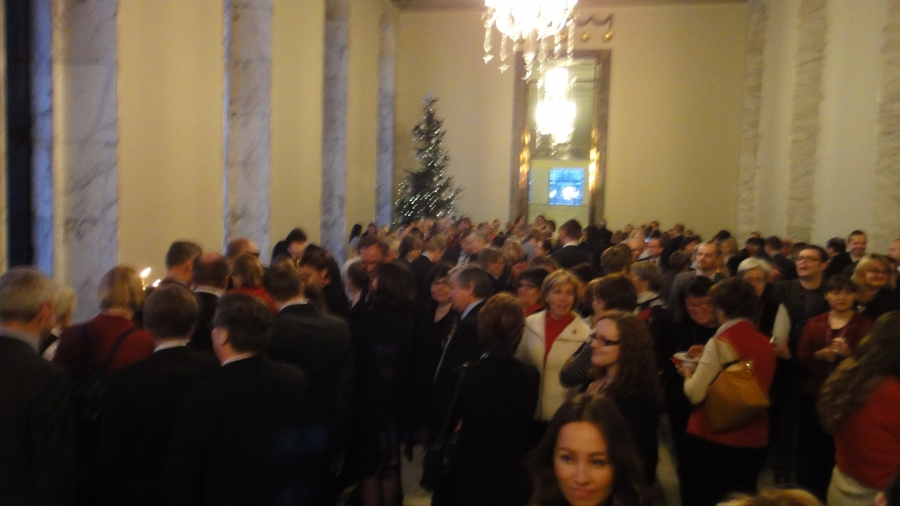 Sibeliuslukion Kamarikuoro toi jälleen joulutervehdyksen eduskuntaan syysistuntokauden viimeisenä aamuna. Kaunis ja perinteinen tilaisuus joka tuo minulle viimeistään sen joulun sydämeen ja mieleen.