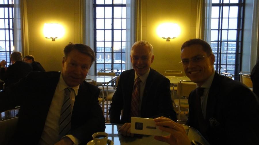 Ja sitten vielä äänestykset ja kahvit Ilkka Kanervan ja Alexander Stubbin kanssa ja marsujen kanssa kotimatkalle...
