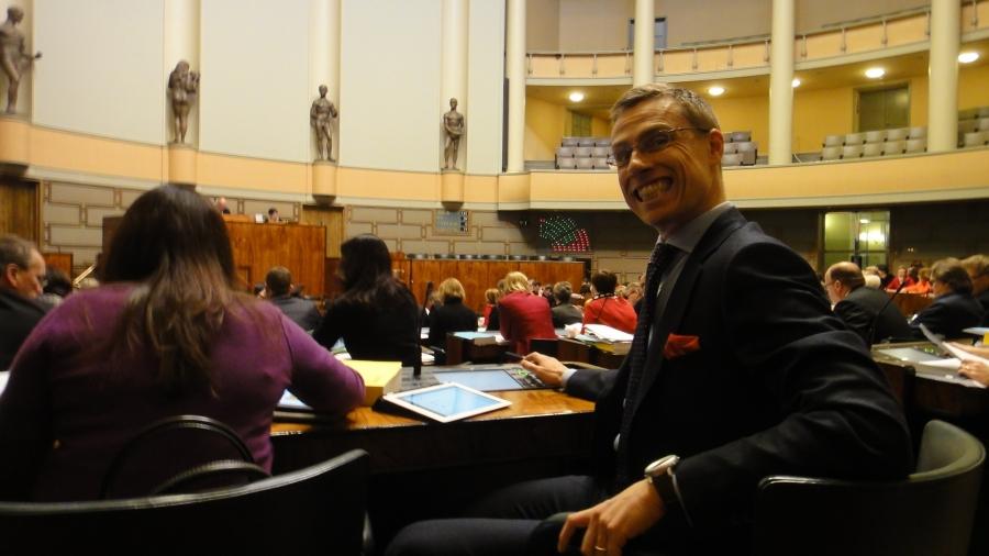 Ja näin se äänestäminen käy hymyssä suin ulkomaankauppaministeri Alexander Stubbilta.
