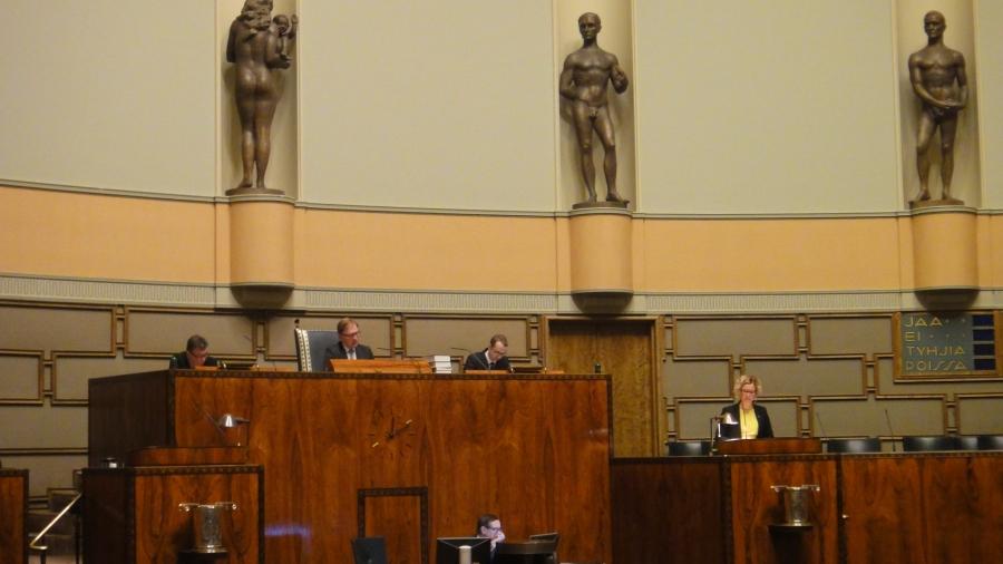 Ja illan pikkutunneilla puhumassa Vasemmistoliiton kansanedustaja Aino-Kaisa Pekonen Riihimäeltä.