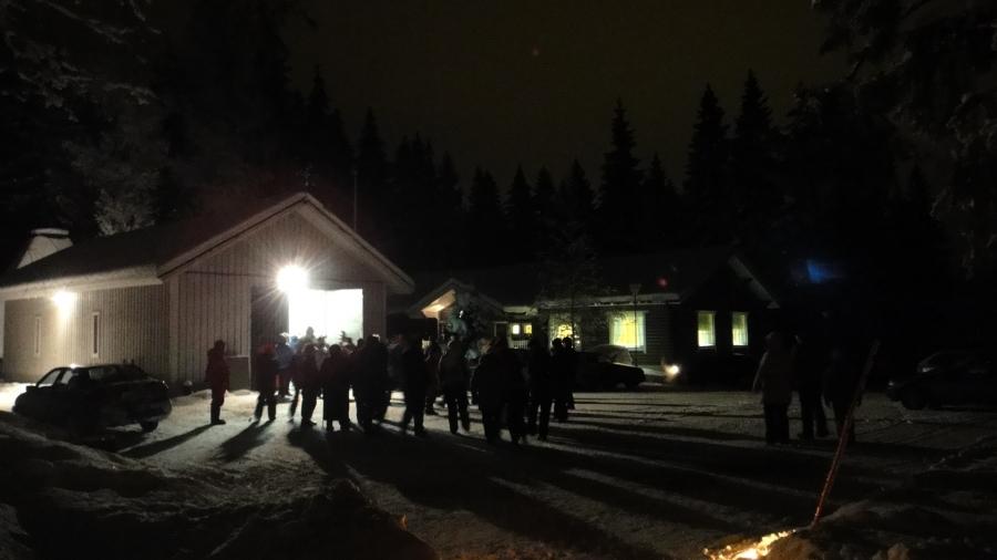 Muutamia tunnelmakuvia X Metsäkirkosta Lopen Launosten Eräsavulta. Metsäneläimille julistettiin nyt joulurauha kauniissa metsähartaudessa.