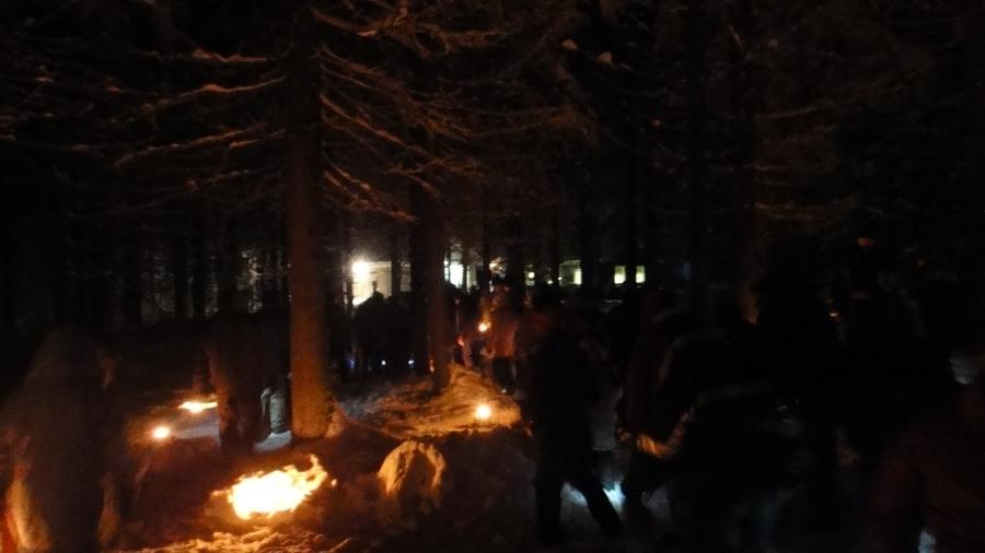 Ja väkeä oli todella paljon ja metsän halki johti kaunis ihmisketju ja varmasti pimeässä meitä ihmetteli joukko metsän asukkejakin.