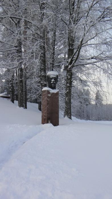 Tänään kävin lumihommissa kirkonmäessä. Nyt senaattori Yrjö Sakari Yrjö-Koskisen patsaalle kaunis polku ja sytytin sinne jo joululyhdyn.
