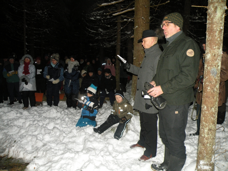 Ja tässä valtuustonpuheenjohtajamme Seppo Kuparisen kanssa metsästäjien kuorossa. Kuva Ilkka Juote.