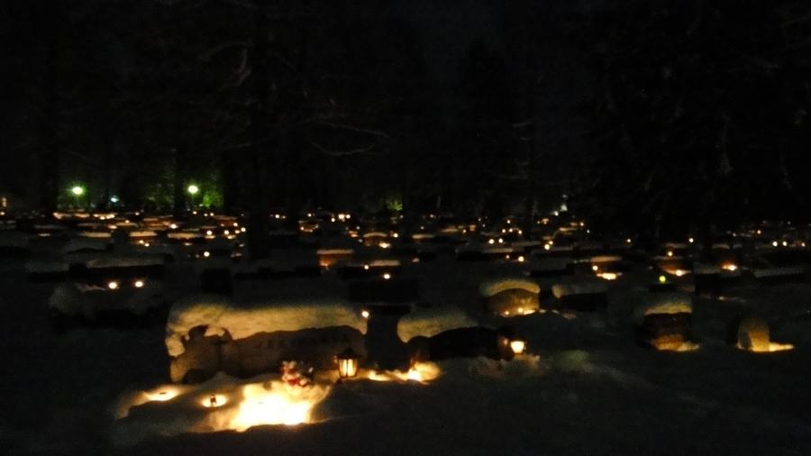 Ja hautausmaamme kynttiläloistetta puolenyön aikaan jouluyönä.