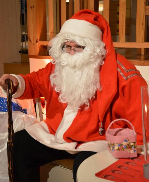 Ja illalla, siis jo ennen yökirkkoa tietenkin, itse Joulupukkikin kävi meitä tervehtimässä.