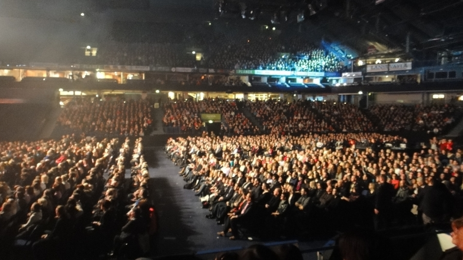 Väkeä oli siis todellakin tupa täynnä ja tunnelma sen mukainen. Yksi minun elämäni upeimmista konserttikokemuksista ja se todellakin kosketti syvältä.