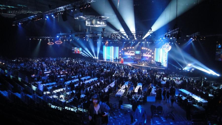 Ja Areenalla kaiken kaikkiaan 1500 vierasta illallispöydissä ja vielä 3000-4000 katsojaan katsomossa. Siitä syntyi huikea suomalainen urheilujuhla.