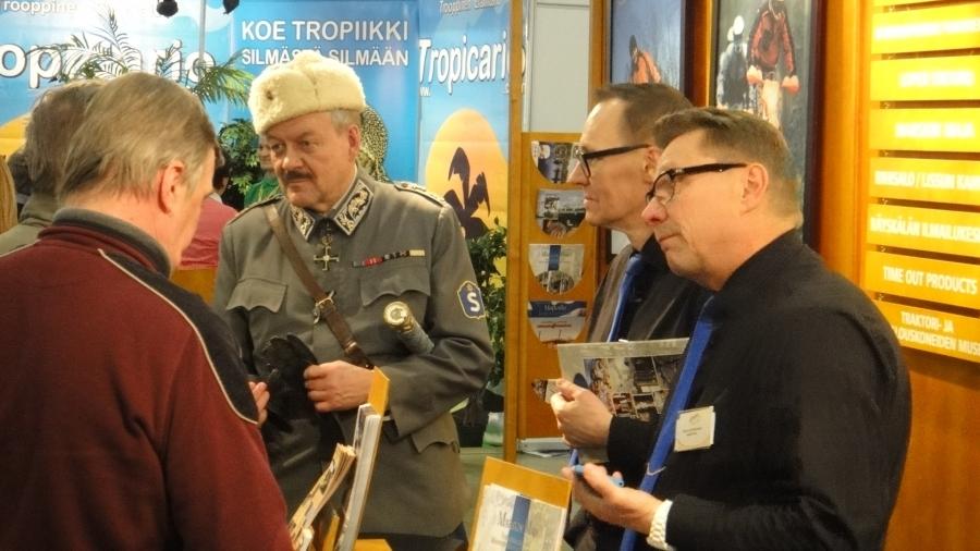 Marsalkka Mannerheim (Timo Närhinsalo) ja Majan Herrat Teuvo Zetterman ja Heikki Kujansuu esittelemässä Lopen Marskin Majan palveluita.