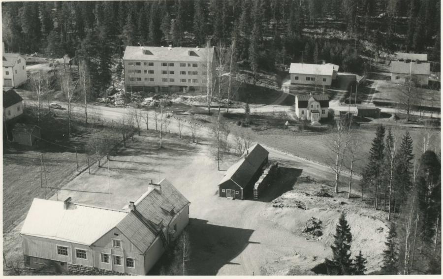 Ja sitten hieman uudempaan eli ollaan 1960-luvun Lopella. Puukoulu etualalla ja takana näkyy Lopen ensimmäinen kerrostalo Lopenlinna joka viime vuonna juhli 50-vuotista olemassaoloaan. Lisää kuvia: Wanhaa Loppea.