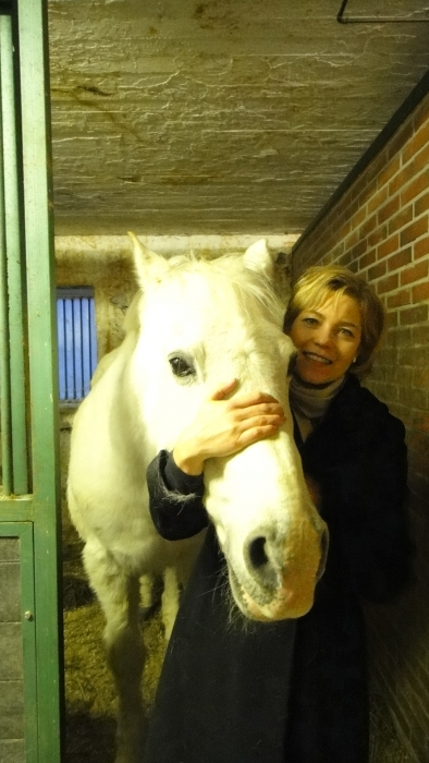 Kuntaministeri Henna Virkkunen oli 20-vuotiaana töissä hevostallilla Tanskassa. Siellä hänen hoidettavanaan oli ori nimeltä Logan. Nyt 21 vuotta myöhemmin kaksikko tapasivat toisensa Riihimäellä Markus Lindblomin Sammaliston tallilla.