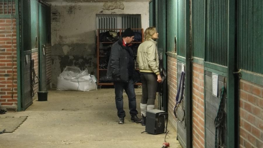 Tallin omistaja Markus Lindblom tutustumassa Sammaliston Tallin Ori-talliin Henna Virkkusen kanssa.