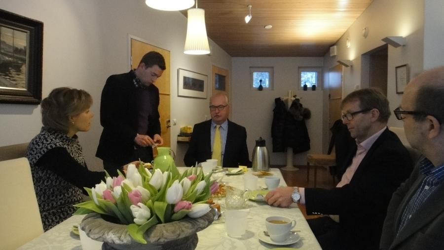 Ja tässä palaveria Riihimäen seutukunnan asioista yhdessä Riihimäen kaupunginvaltuuston puheenjohtaja Kai Heimosen ja kaupunginhallituksen jäsenen Riku Bitterin kanssa Joutsen Finlandilla. Esillä mm. sote-asiat ja kuntarakennekin.