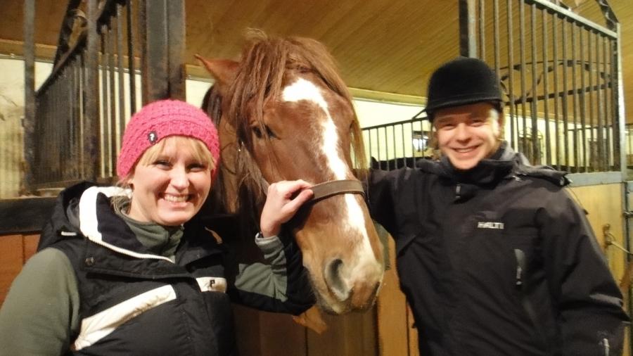Illalla vielä ehdin hevostelemaan. Tässä Saija Grönholmin ja Kaarnan kanssa kuvassa ennen ratsaille lähtöä Vaahteramäellä.