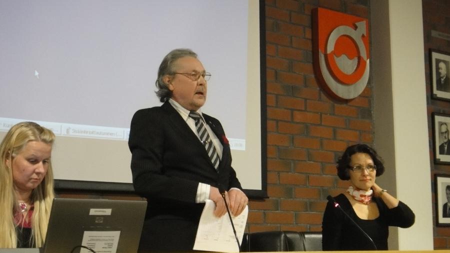 Lopen uusi valtuusto aloitti tänään 28.1.2013 työnsä. Valtuustomme ikäpuheenjohtaja Elis Väänänen avasi kokouksen tunteikkaalla ja opettavaisella puheenvuorollaan. Elämänkokemus on yksi sellainen voimavara mitä tässä maassa pitäisi kyllä enemmänkin käyttää hyödyksi.