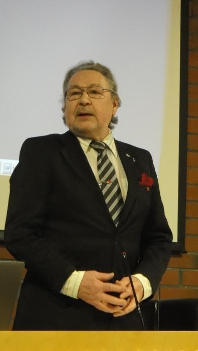 Elis Väänänen on toiminut aktiivisesti Lopen kunnan ja seurakunnan luottamustehtävissä ja ura jatkuu nyt perusturvalautakunnassa. Tässä siis Elis avaamassa valtuustokauden ensimmäistä kokousta.
