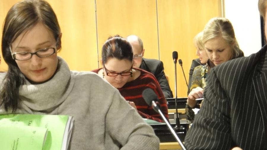 Lopen kokoomuslaisen valtuustoryhmän jäseniä ensimmäisessä kokouksessa. Etualalla Tiina Seppälä, joka valittiin myös kunnanhallituksen varapuheenjohtajaksi. Takana sitten Anniina Lucenius ja Riitta Joutsi-Hänninen ja ihan takapensissä Aleksi Rautiainen ja Saija Grönholm.