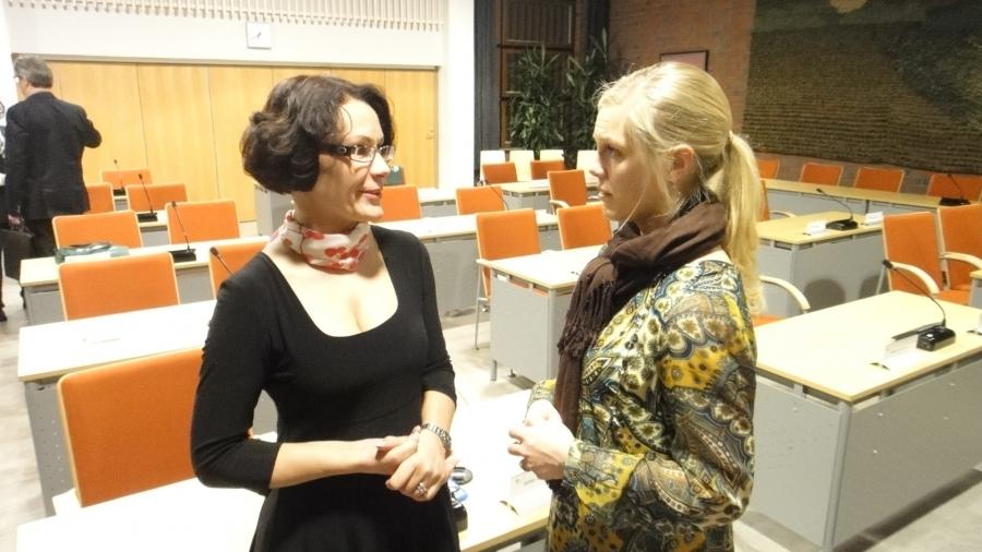 Kunnanjohtajamme Karoliina Viitanen palaveeraamassa uuden kulttuuri- ja vapaa-aikalautakunnan puheenjohtajan Riitta Joutsi-Hännisen kanssa.