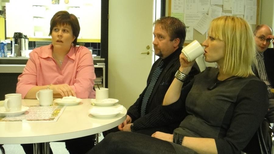 Ja hieman kahvia ja ryhmäkokousta siis jo ennen valtuustoa. Saija Grönholm, Jarmo Laukkanen ja Karoliina Saari.