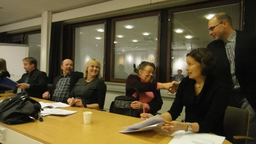 Ja tässä sitten Lopen Kokoomuslainen valtuustoryhmä omassa kokouksessaan. Kättelemässä uusi valtuutettumme Aleksi Rautiainen ja muut kuvassa oikealta Eeva Pyhälammi, Pirjo Lehtoranta, Saija Grönholm, Kari Maunula ja Jarmo Laukkanen.